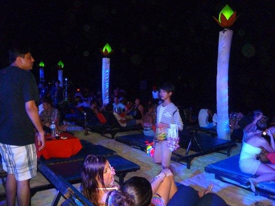 Ark Bar Beach Club : tanti bambini a vendere collane di fiori e occhiali fluorescenti