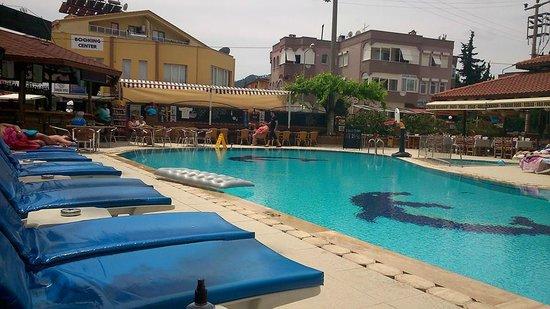 Club Sunsmile: Pool/bar
