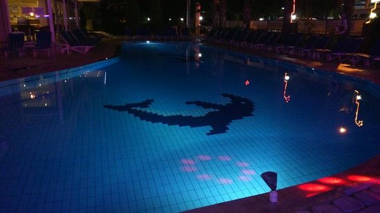Club Sunsmile: Night view of the poolside