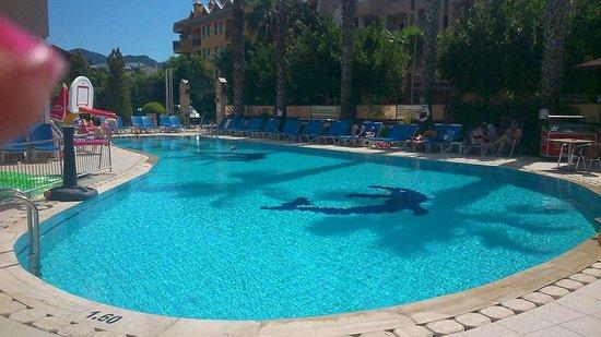 Club Sunsmile: Morning at the pool :)