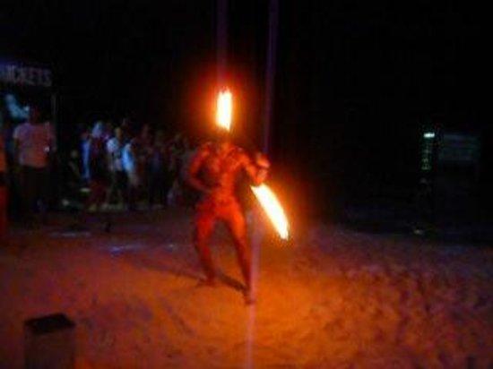 Ark Bar Beach Club : giochi con il fuoco sulla spiaggia