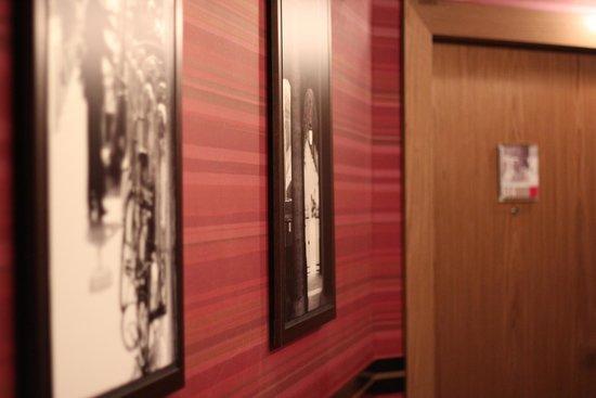 Adagio Paris Opera: detalhe de quadros no corredor