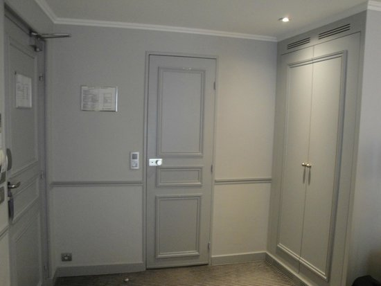 Hotel Relais Bosquet Paris: The door to: stairway, bathroom, Narnia (wardrobe)
