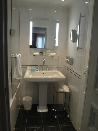 Hotel Relais Bosquet Paris: Clean and modern bathroom