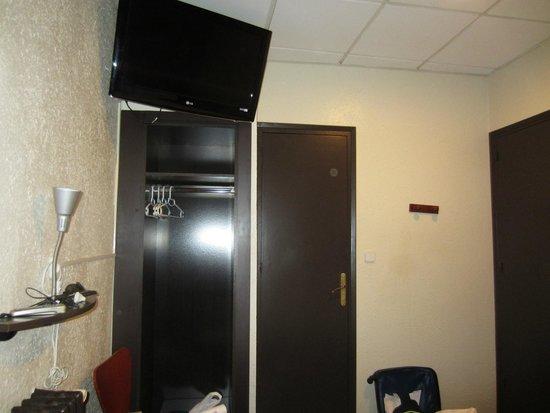 Hostal Paris : tv, porta del bagno