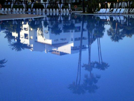 Club Marmara Marbella: piscine le soir