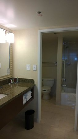 Bethesda Marriott Suites: Bathroom is huge