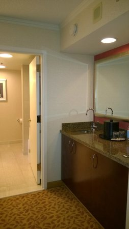 Bethesda Marriott Suites: Sink area in living room