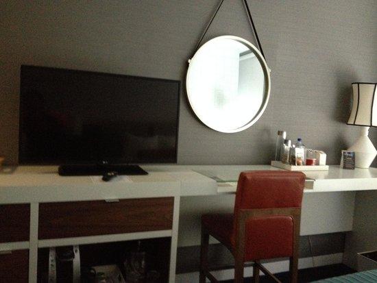 Kinzie Hotel: Work area/TV