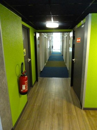 Ibis Budget Chateauroux Déols : Hallway to Rooms