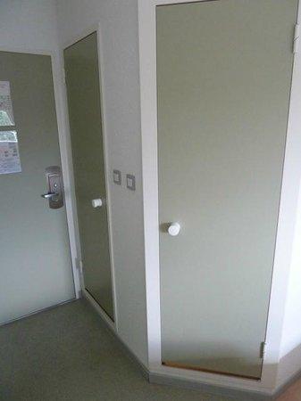 Ibis Budget Chateauroux Déols : Shower & Toilet Cubicles (watch the step)