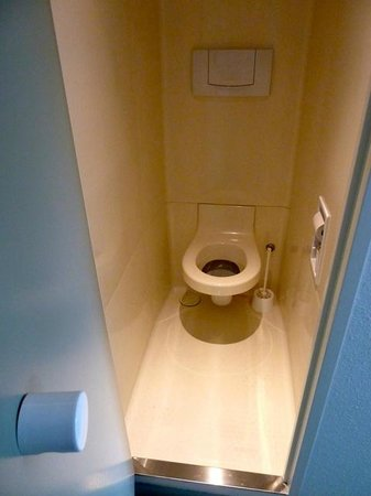 Ibis Budget Chateauroux Déols : The Toilet (cubicle: no seat/lid: narrow)
