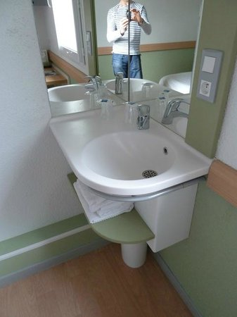 Ibis Budget Chateauroux Déols : Basin in corner of room