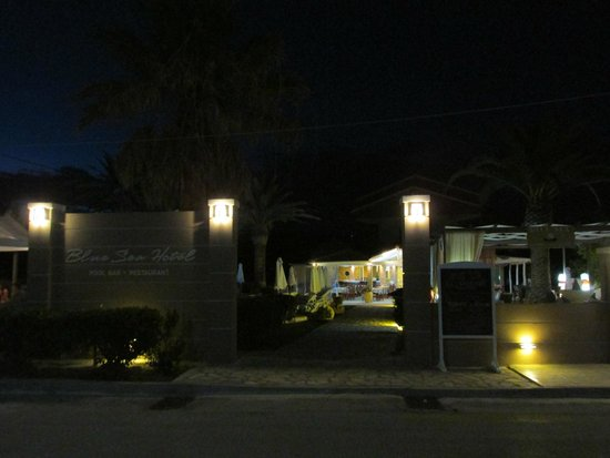 Blue Sea Hotel: Entry at night