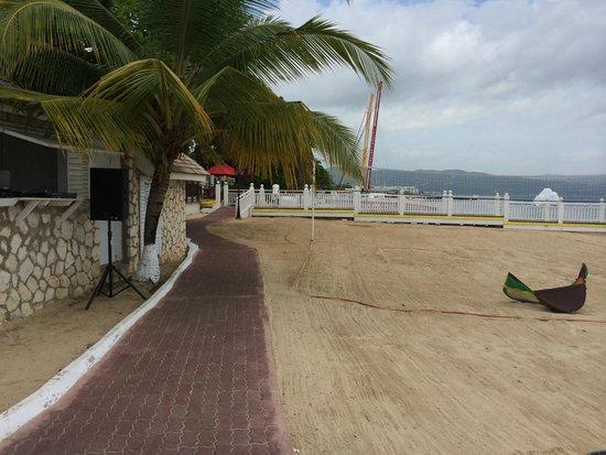 Royal Decameron Montego Beach: beach/activity area