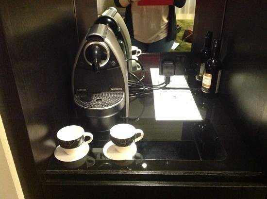 Crowne Plaza London - Battersea: Nespresso machine in our room!
