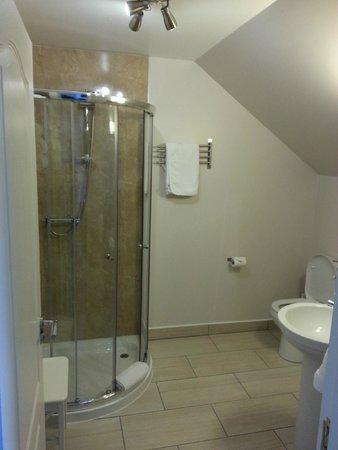 MacLean Guest House: Large en suite