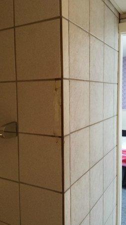 Hotel Skt. Annæ: Ødelagte fliser