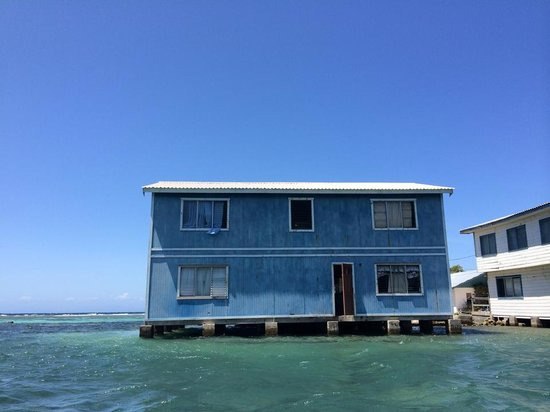 Roatan Christopher Tours: Lots of open doors and friendly people here!