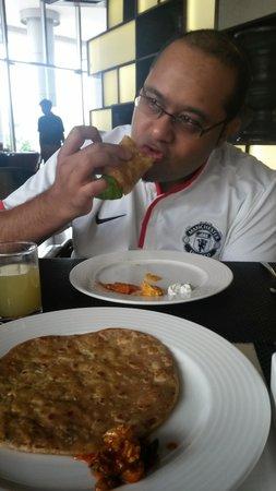 Holiday Inn New Delhi International Airport: enjoying breakfast