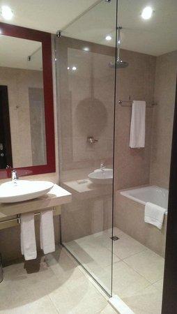 Sheraton Poznan Hotel: Sehr schönes Bad