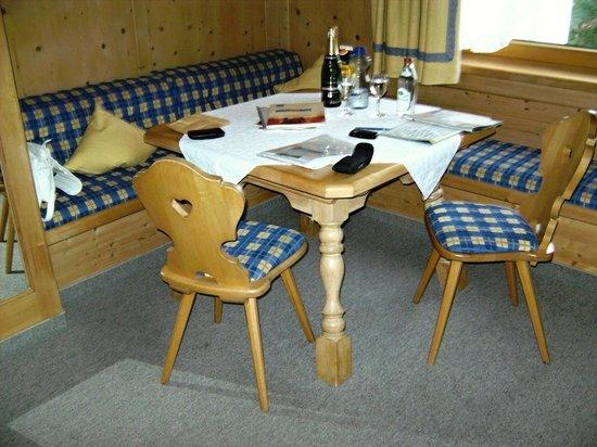 """Hotel Bergruh: Sitzbereich im Doppezimmer """"Almwiese"""""""