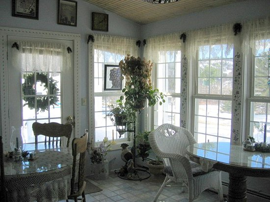 Blueberry Farm Bed & Breakfast: Breakfast Room (partially shown)