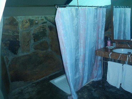 Kilima Valley Serengeti Tented Lodge: tent 3 bathroom