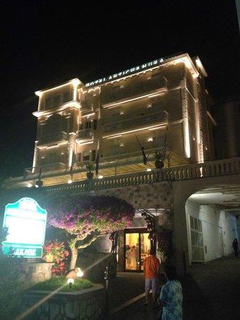 Antiche Mura Hotel: Hotel at night