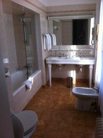 Normandy Hotel: Une bagnoire dans une niche