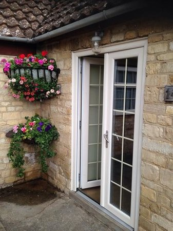 Toft Country House Hotel And Golf Club: Nice floral display. outside our lodge