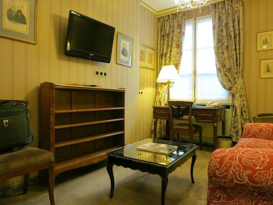 Hotel Duc de Saint Simon : Sitting area (2 t.v.'s in the suite)