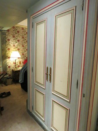 Hotel Duc de Saint Simon : Large, lighted closet