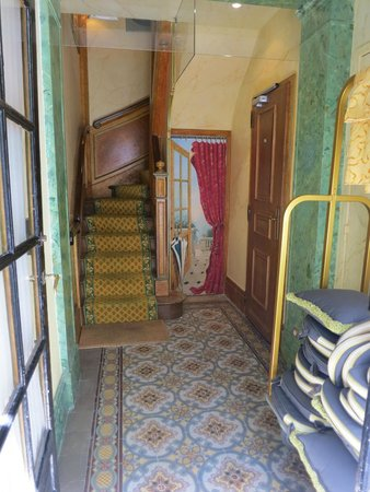 Hotel Duc de Saint Simon: Alternate entry foyer