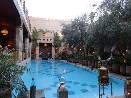 Restaurant of La Maison Arabe : Piscine et salle de repas extérieure