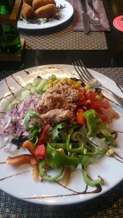 Hostal Tarba : The Mixed Salad from the 9.95 euro set menu (Starter, main, drink, dessert and a shot)