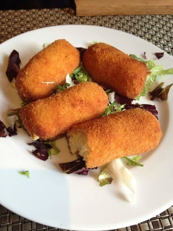 Hostal Tarba: Croquettes from the menu of the day (Amazing creamy cheesy potato and chicken croquettes)