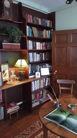 Rachael's Dowry Bed and Breakfast: cosy library
