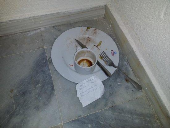 Hotel Roc Costa Park: 5 días en el pasillo y sin recoger. ..