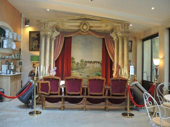 La Ferme Rose : Improvisierter Theatersaal mit einer Sitzreihe