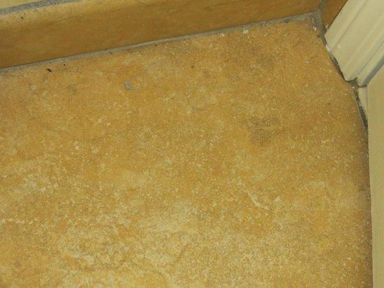 Country Inn & Suites by Radisson, Calhoun, GA: floor of bathroom