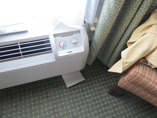 Country Inn & Suites by Radisson, Calhoun, GA: Air conditioning panel fell off