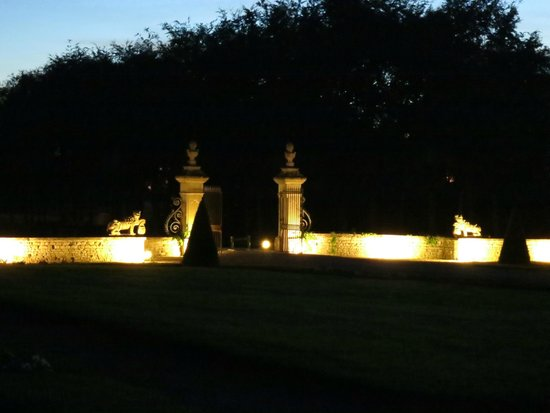 Le Chateau d'Audrieu : Entry gates at night