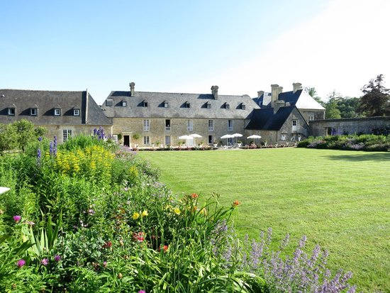 Le Chateau d'Audrieu: Back view - Stunning
