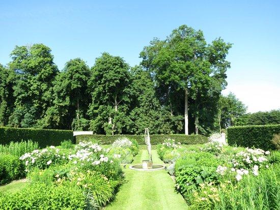 Le Chateau d'Audrieu : White Garden