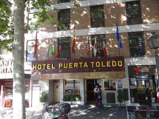 Hotel Puerta de Toledo: Fachada del hotel!!!