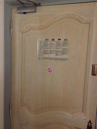 Hotel Notre Dame : Pas de prix au dos de la porte