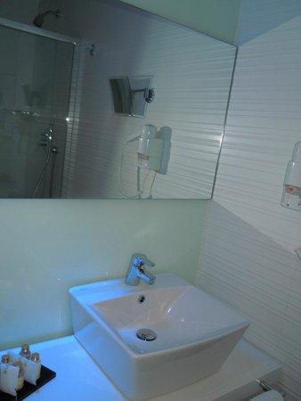 Hotel Valentina: lavandino + doccia