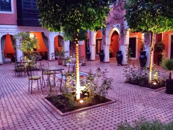 Les Borjs de la Kasbah: Courtyard at night