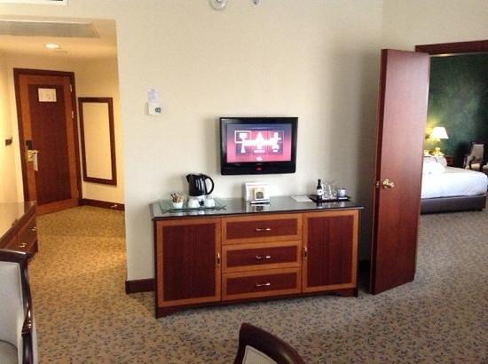 Grand Cevahir Hotel and Convention Center: salottino più camera